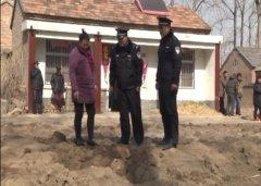 女子偷偷把5000元埋在地下 过年挖开崩溃了