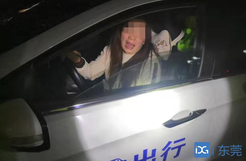 网约车女司机醉驾被查 一会哭闹一会儿傻笑