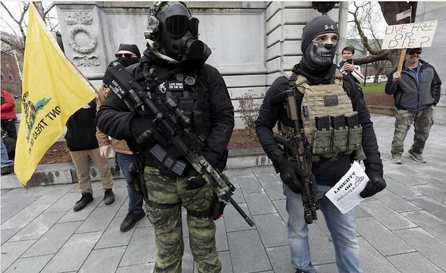 """美国居民持枪抗议:""""宁可感染病毒,也不要破产"""""""